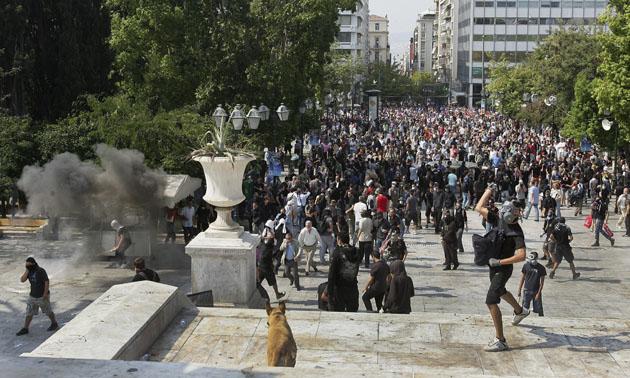ENFRENTAMIENTO ENTRE MANIFESTANTES Y POLICÍAS EN LA HUELGA GENERAL DE GRECIA